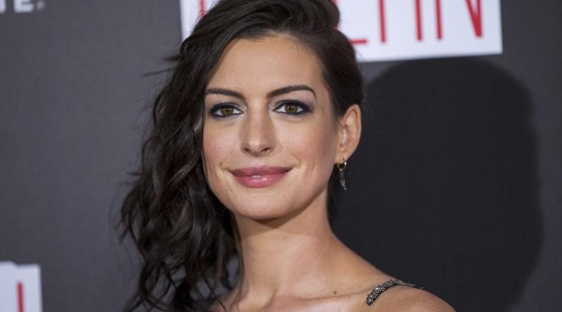 Anne Hathaway très enceinte est aussi radieuse que souffrante
