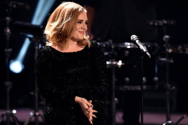 Adele raconte une anecdote sur scène !